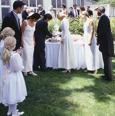 挙式、披露宴の会場および日取りを決定、予約